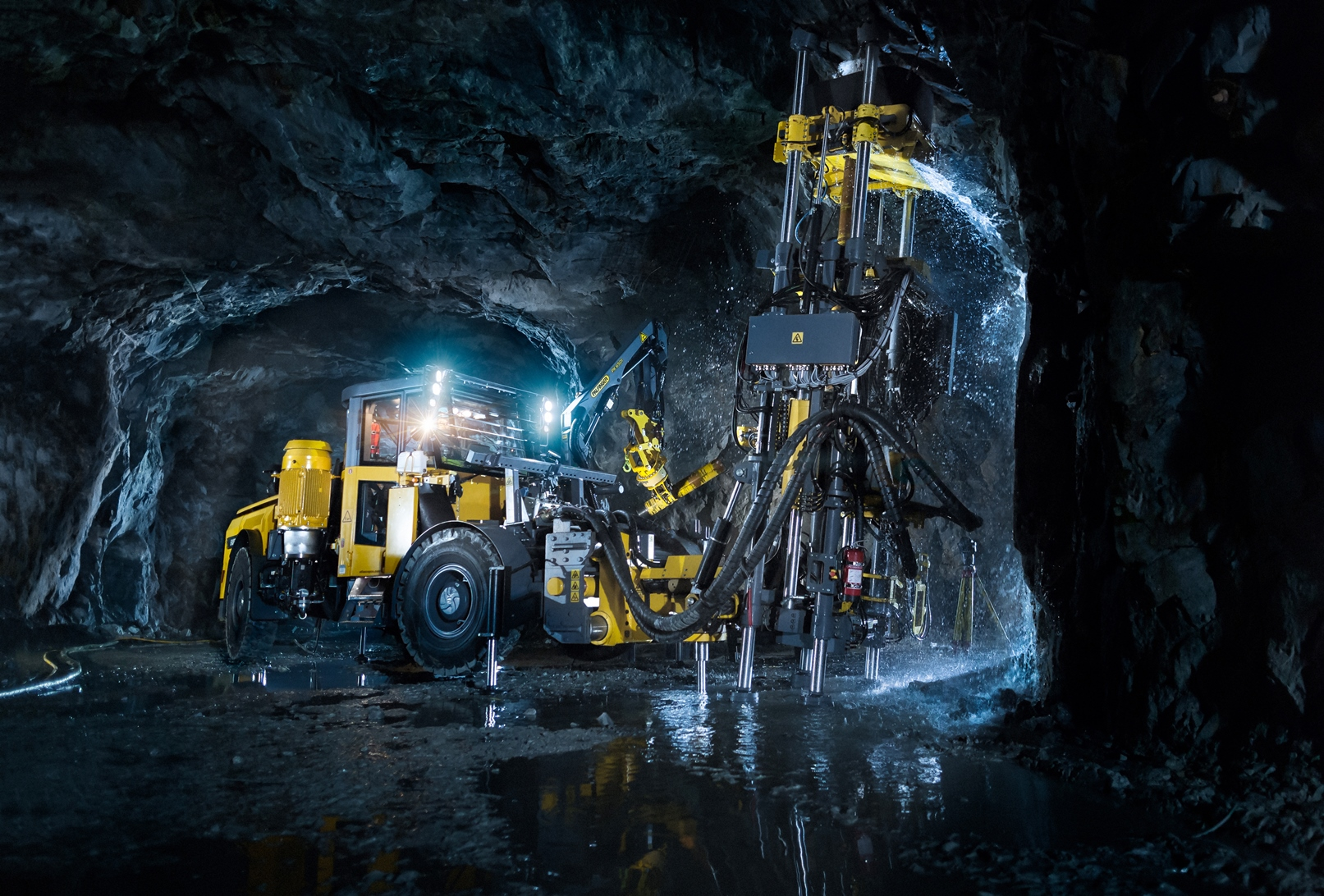 The Easer L is a mobile rig specifically designed to drill opening holes, or easer holes in mines. It can perform box hole boring, down-reaming and conventional raiseboring.